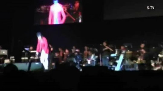 Sonu Nigam singing Suraj Hua Maddham (K3G)  Live in the Netherlands