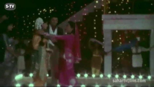 Aamir Khan, Madhuri Dixit Sare Ladkonki Kardo Shaadi Deewana Mujh Sa Nahin Shaadi Song4